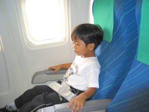 enfant dans l'avion